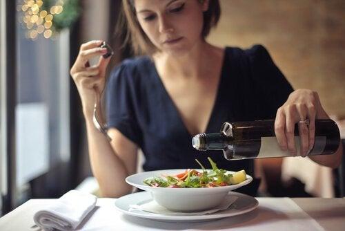 Mulher comendo uma salada