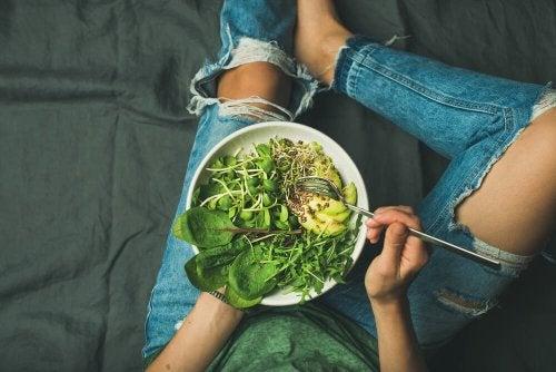 Uma salada por dia para combater a anemia ferropênica