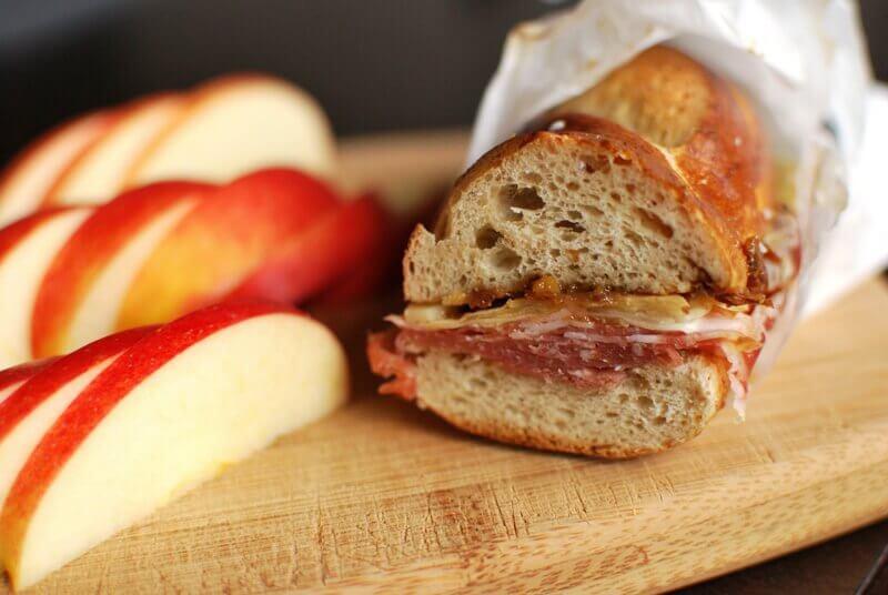 Sanduíche de salame e maçã