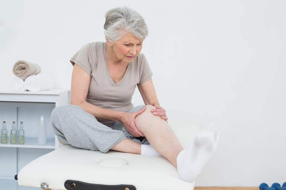 Senhora com dor no joelho