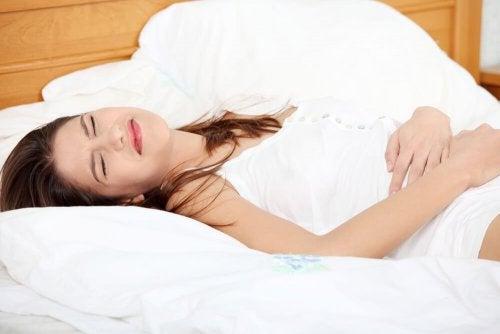 Mulher sentindo dor por cálculos renais