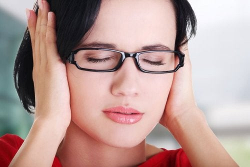 Mulher sentindo zumbido no ouvido