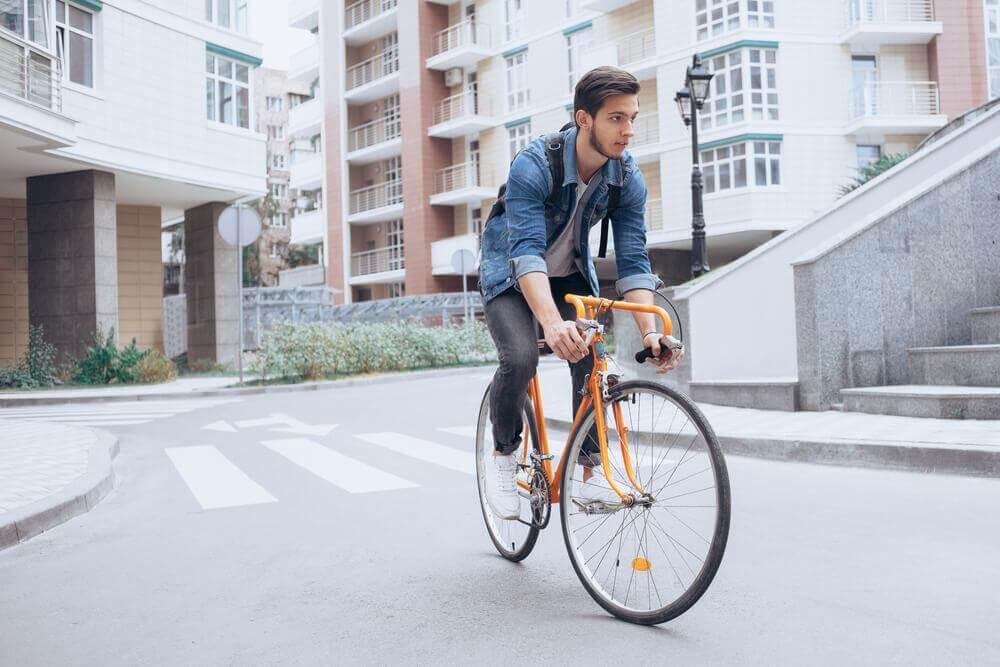 Jovem andando de bicicleta