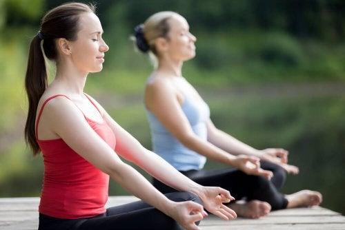 Mulheres praticando Yoga contra a depressão