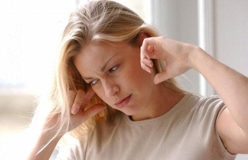 Mulher com zumbido nos ouvidos