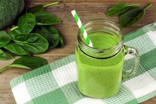 5 sucos verdes para incluir na dieta regularmente
