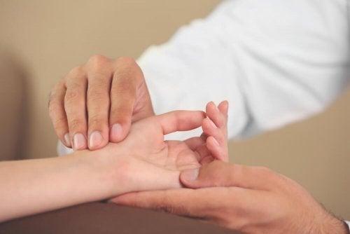 6 exercícios para as mãos para evitar síndromes incômodas