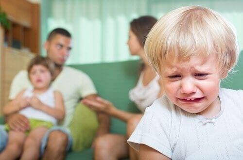 Consequências de discutir na frente das crianças