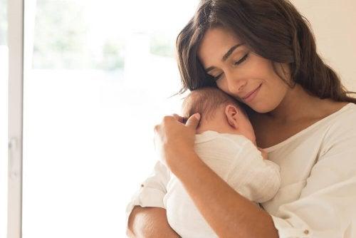 Mãe com seu filho no colo