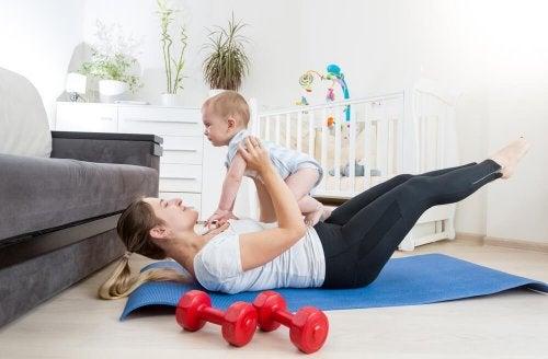 Mãe brincando com seu filho