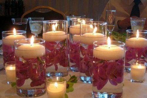 Copos iluminados com velas