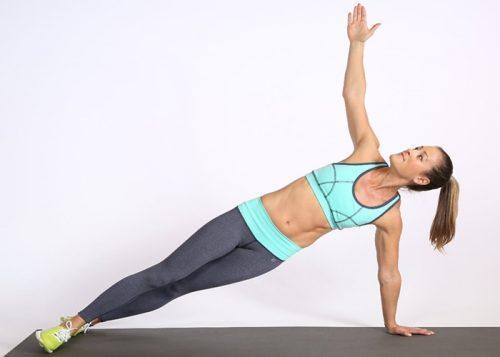 Mulher praticando exercício para manter um belo quadril