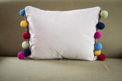 almofada decorada com pompons