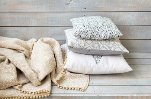 Almofadas decorativas com cobertor
