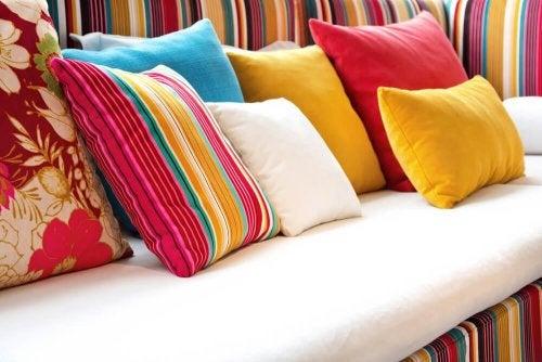 Sofá com almofadas decorativas