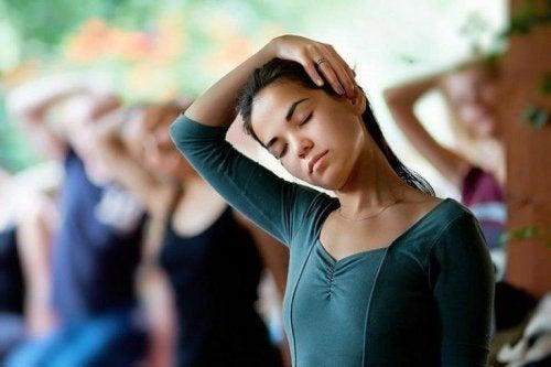 Exercício de alongamento correto para o pescoço