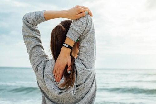 Mulher fazendo exercício de alongamento correto