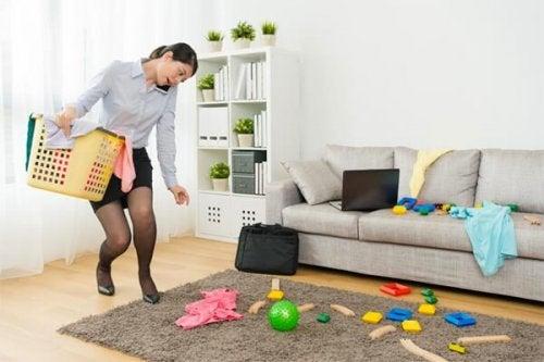 Mulher com desordem na casa
