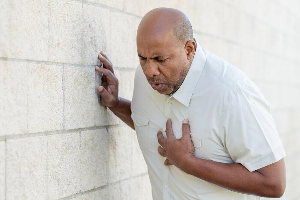 Homem tendo ataque cardíaco