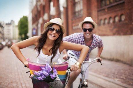 Ex parceiros andando de bicicleta