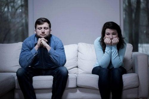 A falta de comunicação inicia discussões que todo casal feliz tem