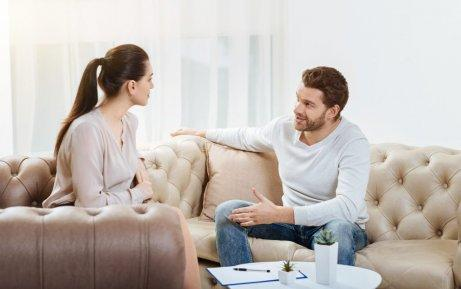 Casal tendo conversa saudável