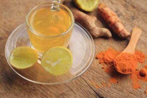 Chá de cúrcuma, gengibre e limão para desintoxicar o sistema linfático