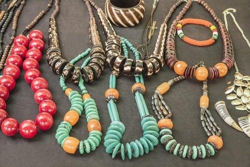 Os colares são acessórios para usar com diferentes roupas