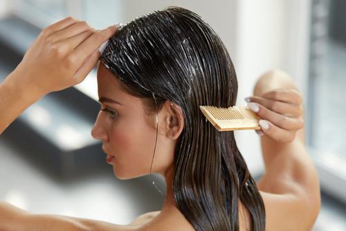 Mulher penteando o cabelo no banho