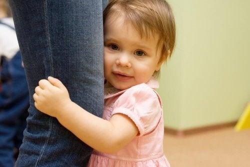 Filha abraçando mãe