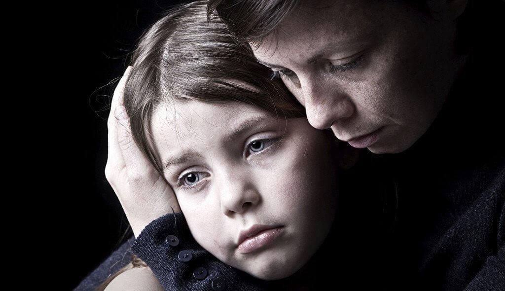 Mãe narcisista abraçando filha