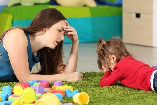 Mãe tentando lidar com sua filha chorando