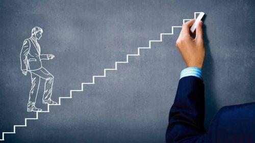 Homem subindo escada