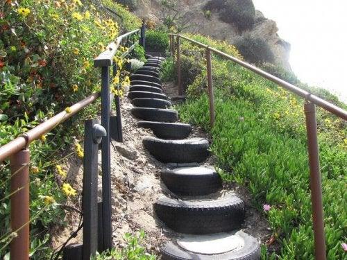 Escada feita de pneus