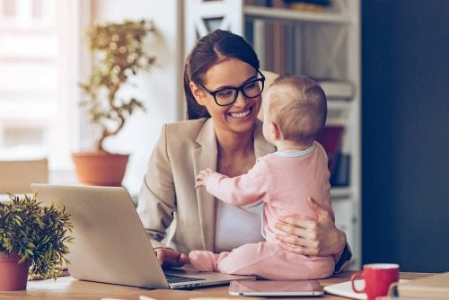 Mãe com sua filha bebê em casa