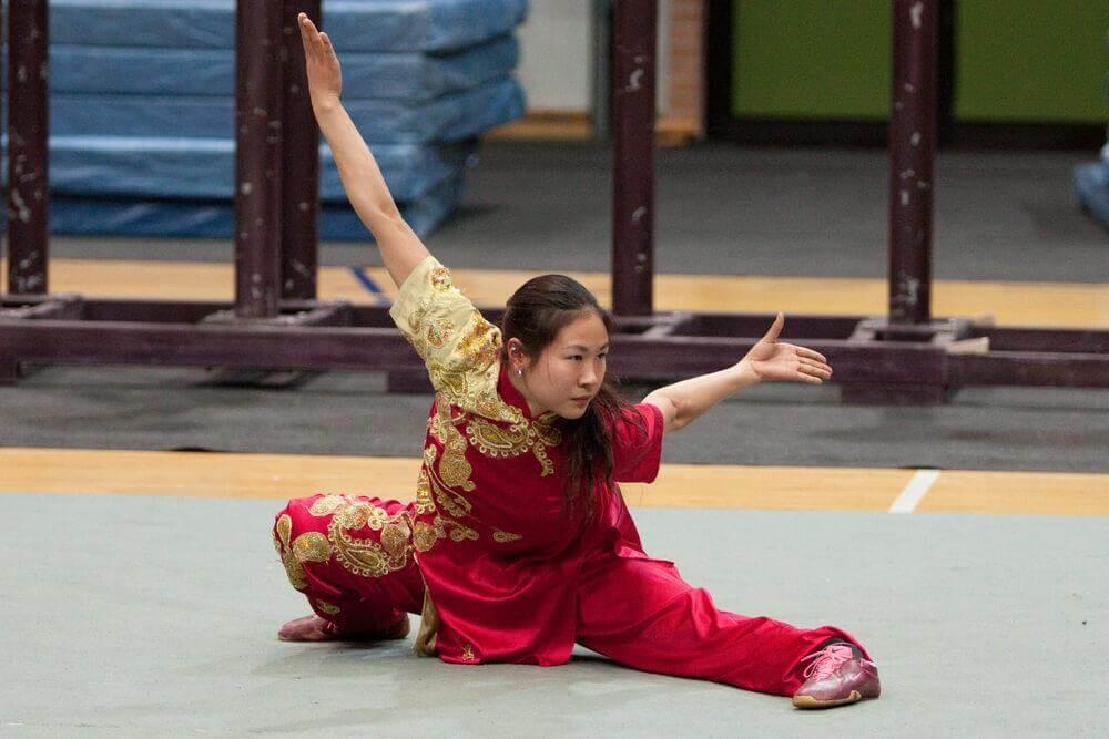 Mulher fazendo tai chi