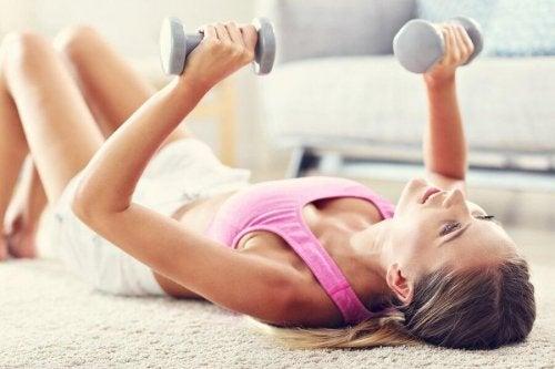 Exercícios com pesos ajudam a tonificar seus seios