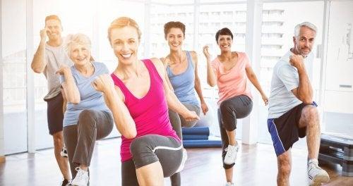 Pessoas fazendo exercícios