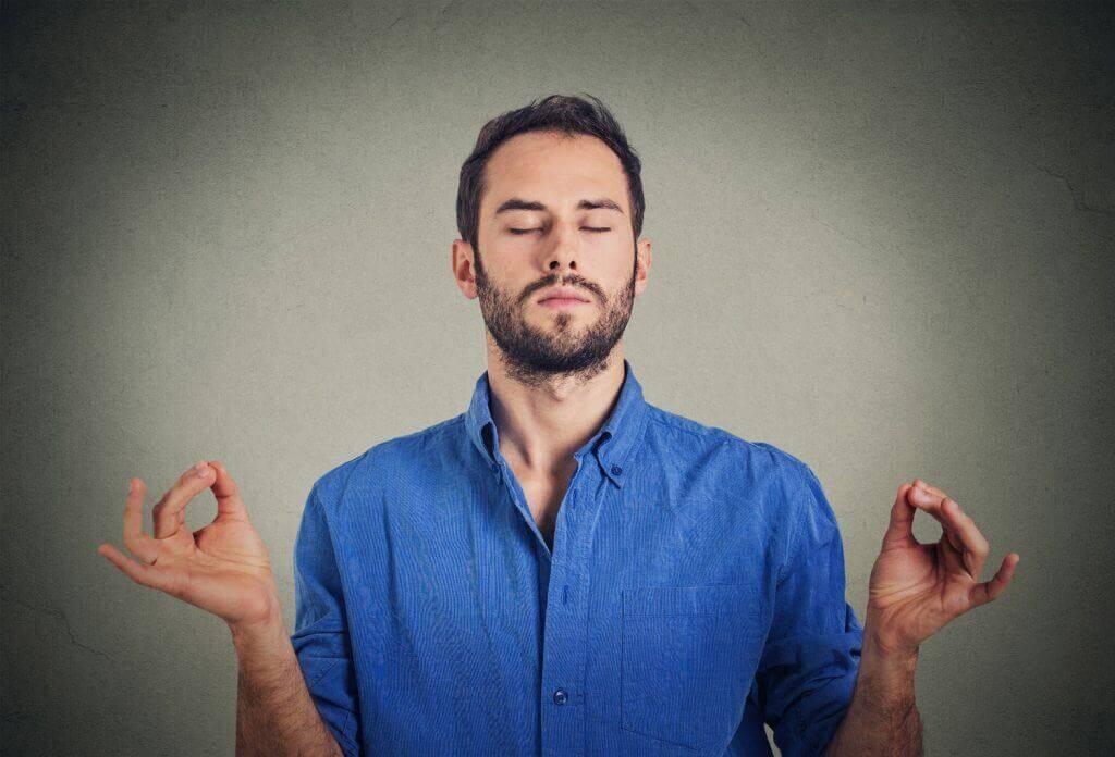 Homem tentando meditar