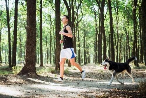Homem correndo com seu cachorro