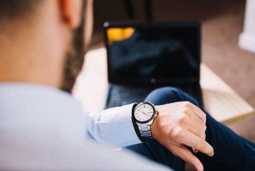 Homem olhando para o relógio