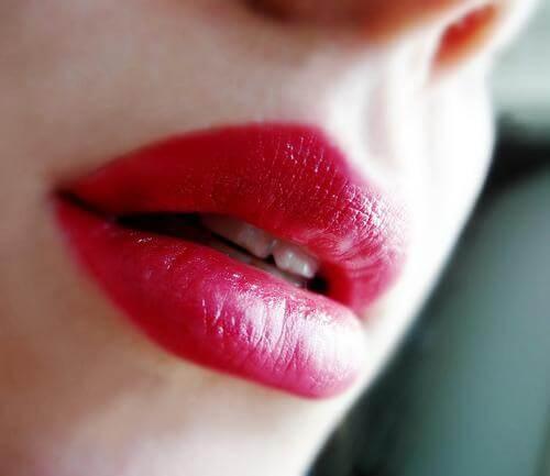 Boca com batom vermelho
