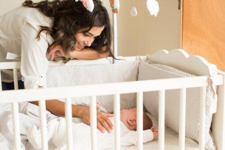 Mãe colocando o bebê para dormir