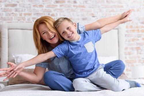 Mãe se divertindo com seu filho