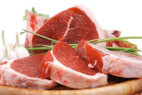 Carne sendo marinada com cebolinha