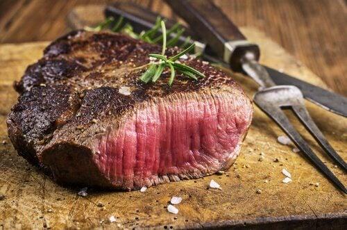 Carne marinada com sal e alho