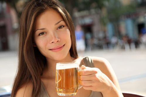 Mulher tomando uma cerveja