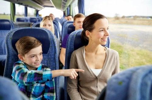 Mãe e filho em ônibus