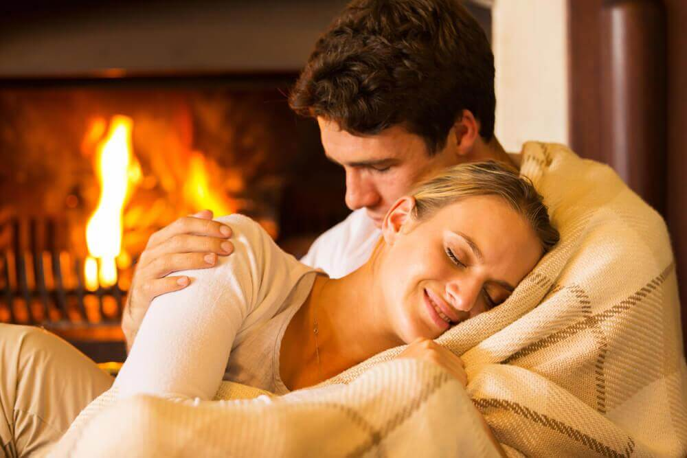 Homem e mulher aconchegados no frio