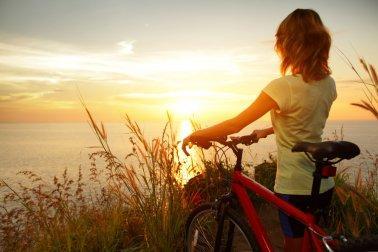 Moça que ama a sua vida por completo e aproveita para andar de bicicleta